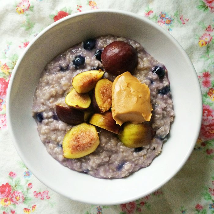 Blueberry porridge with figs