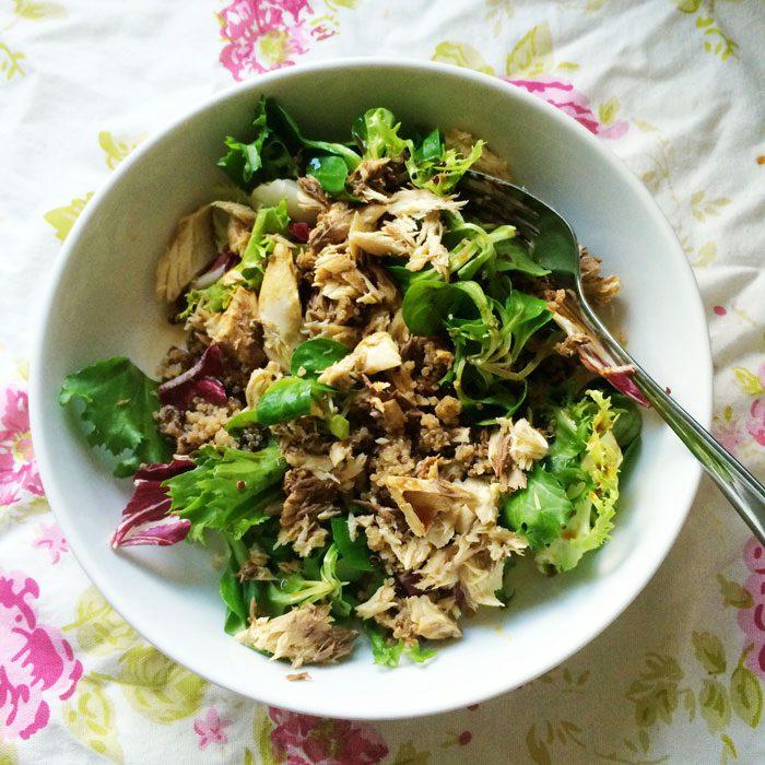Salad with quinoa and mackerel