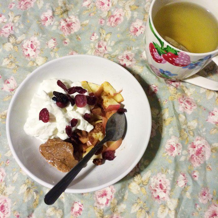 Apple yoghurt and dried fruit