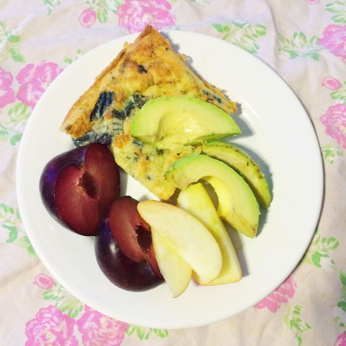 Broccoli quiche with avocado and fruit