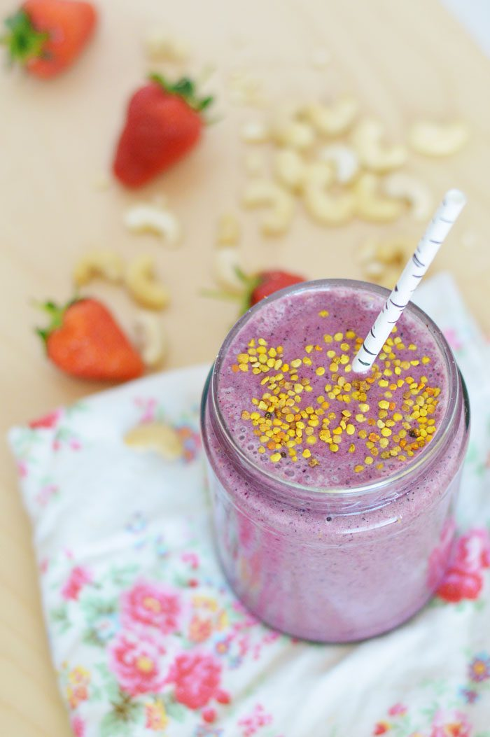 Creamy cashew berry superfood smoothie 1