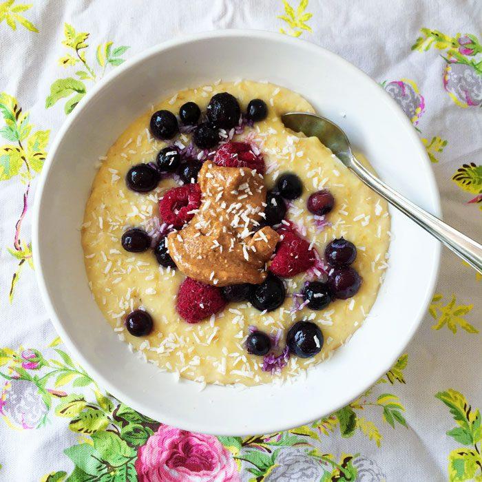 Creamy porridge with berries